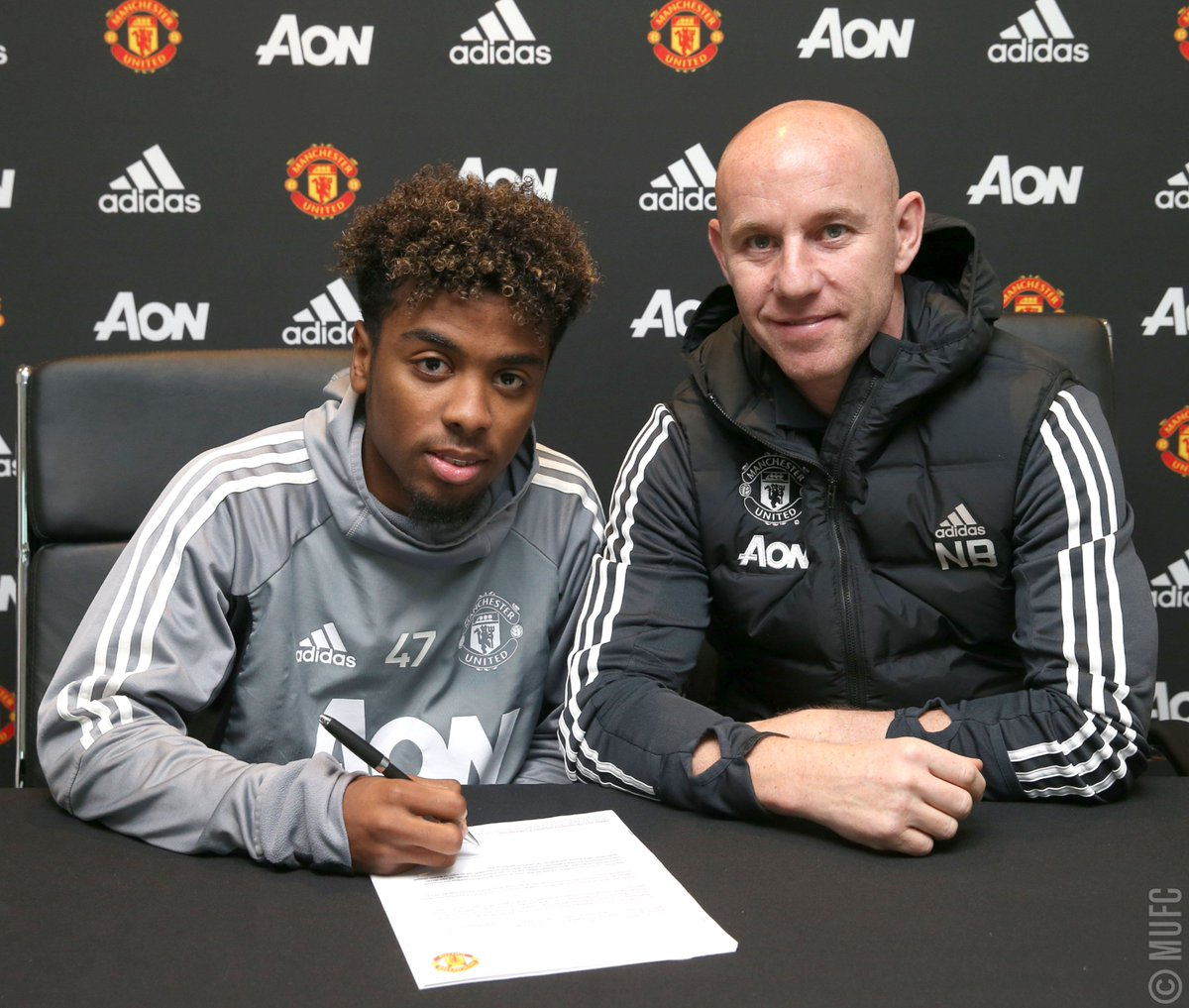 Christmas is always a good time for Angels... 😇  We are delighted to announce that @agomes_47 has signed his first professional contract with #MUFC!  ➡️https://t.co/CQ1PVGMrZg