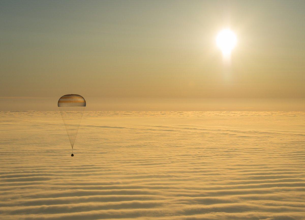Есть посадка спускаемого аппарата корабля #СоюзМС05! Поздравляем @Ryazanskiy_@astro_paoloISS@Astro_Komrade,  и  с возвращением!