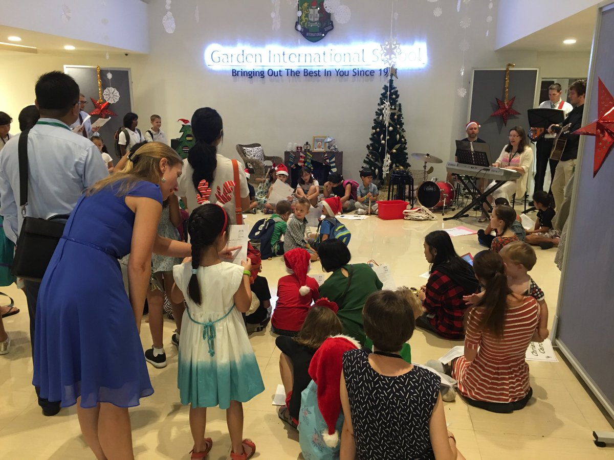 Some Christmas music to start the day at GIS. #gislearning <br>http://pic.twitter.com/loVaW3DkV8