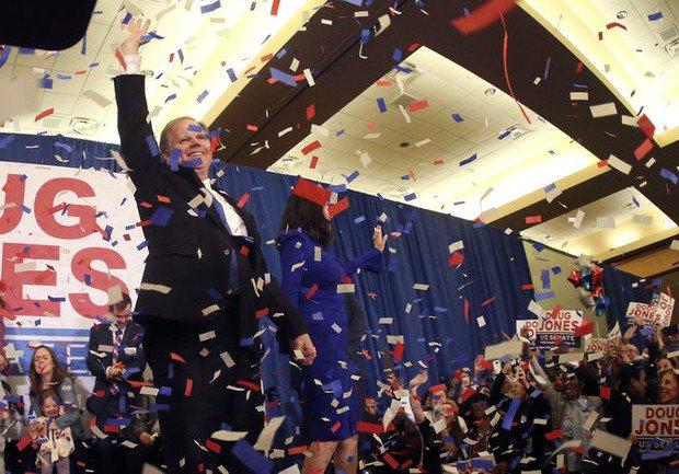 Folks rolled Auburn's Toomer's Corner after Alabama grad Doug Jones won his Senate race: https://t.co/zujlq6eMN5 #alpolitics #alsen