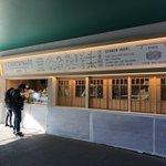 伏見稲荷駅にいなり寿司やさんが出来てて、店構えも売ってるお寿司もパッケージも全部可愛かった。 pic…