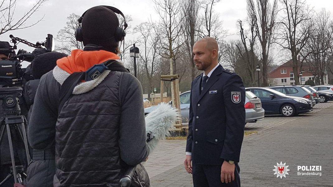 Đại diện cảnh sát bang Brandenburg tiếp xúc với phóng viên, báo chí tại Potsdam. (Nguồn: Cảnh sát Brandenburg)
