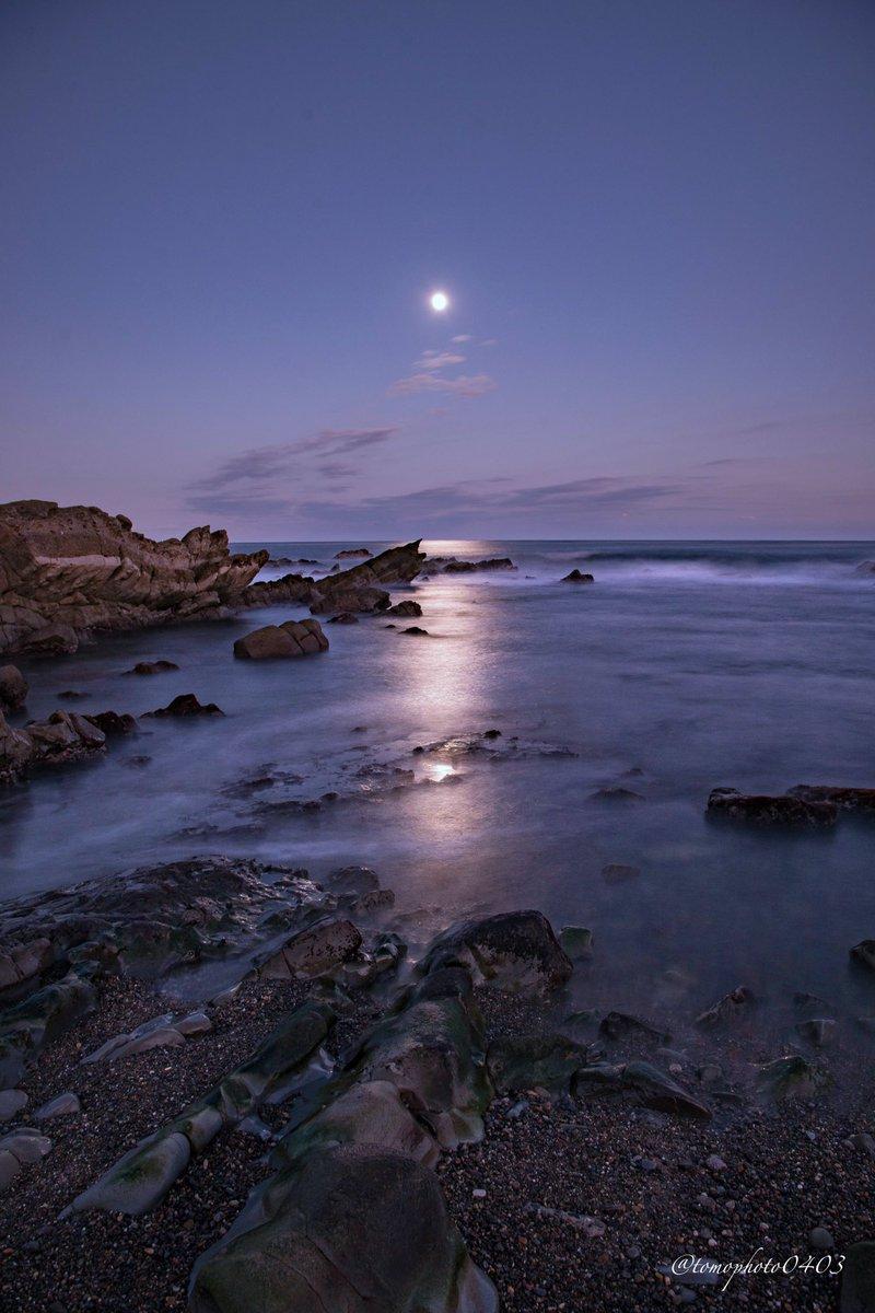 先��撮影��月夜�平磯海岸��🌙 ゴツゴツ��岩場�������る