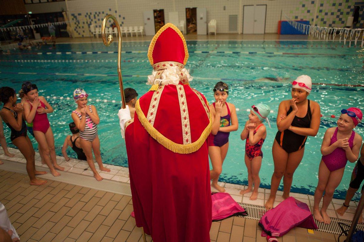 Hoog bezoek voor WVZ minioren in zwembad De Veur! Tijdens de vrijdagavond training verraste Sint met drie pieten de jonge zwemmers met een bezoekje aan de badrand!