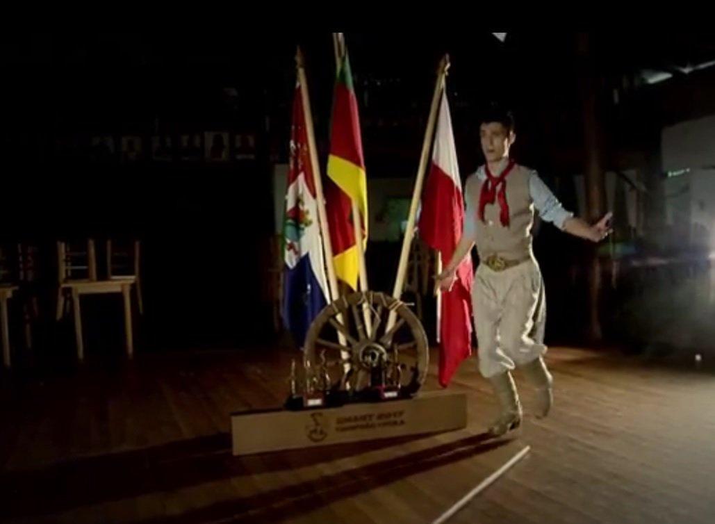 Gaúcho faz sucesso em vídeos dançando chula ao som de 'Despacito' e 'Paradinha'; veja https://t.co/Q1LeD0RCLR