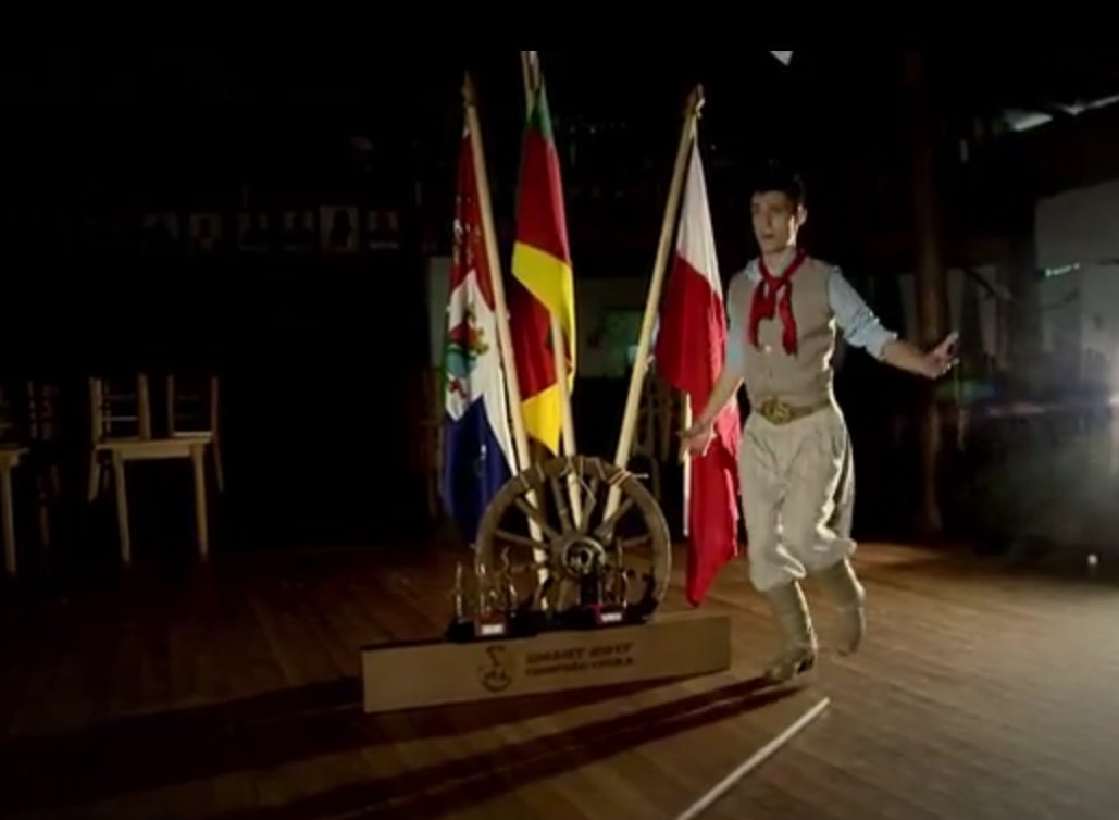 Campeão do Enart 2017 faz sucesso com versões da dança da chula para 'Despacito' e 'Paradinha'; veja https://t.co/Q1LeD0RCLR