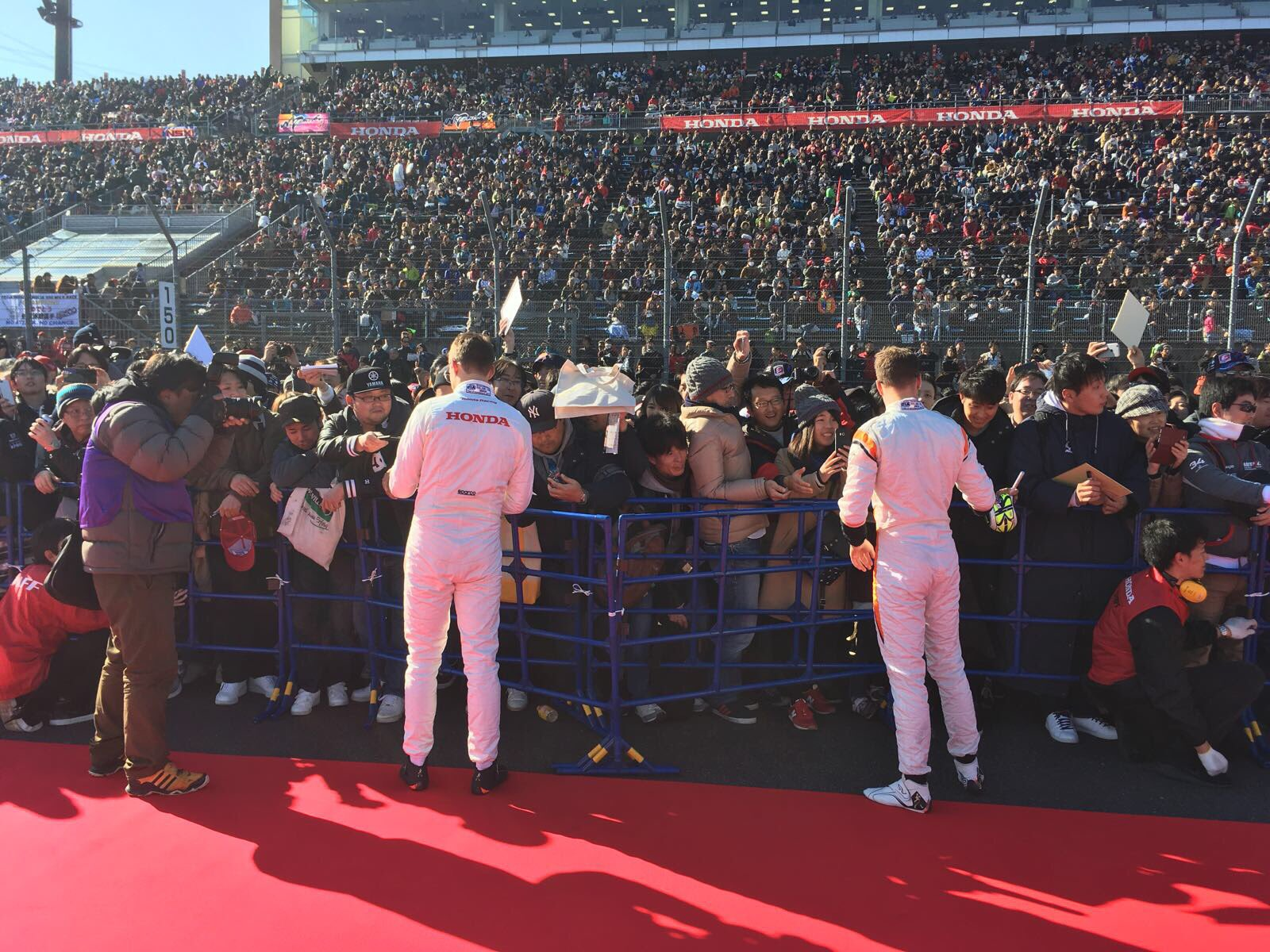 RT @McLarenF1: That's one mega crowd at the Honda Racing Thanks Day. Thanks for all of your support! 👏 #HRTD2017 https://t.co/xP1v2DKetD