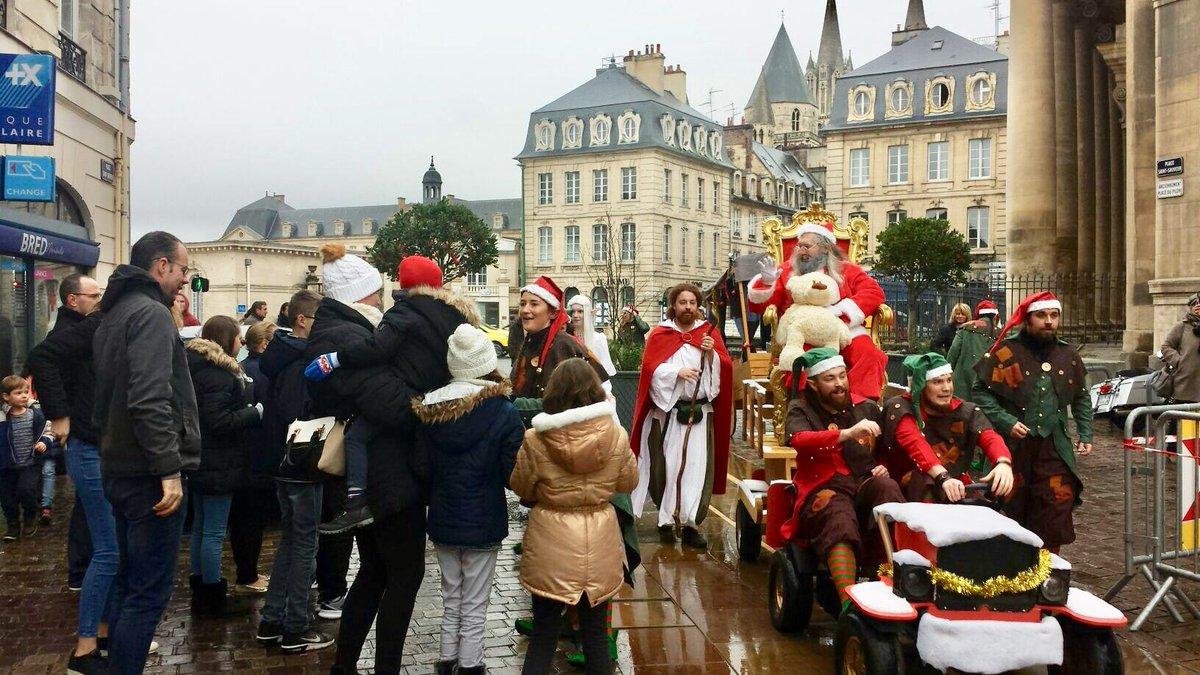 Arrivée du Père Noël au #Marché de #Noël Place St Sauveur à #Caen ! #NoëlàCaen 🎅🏼🎄❄️ https://t.co/OrCZg9rDCC