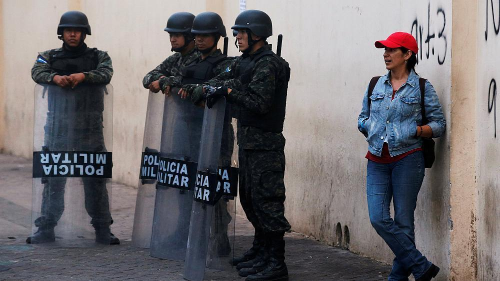 #Honduras 10 day curfew takes hold, leftist #Nasralla claims prelude to #Hernandez &#39;golpe&#39;, 95% vote counted. <br>http://pic.twitter.com/GWLXMJzAxS