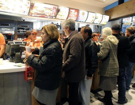 Milano, vigilante del #McDonald allontana un gruppo di africani: picchiato e accoltellato → https://t.co/ADaA0vsq0F