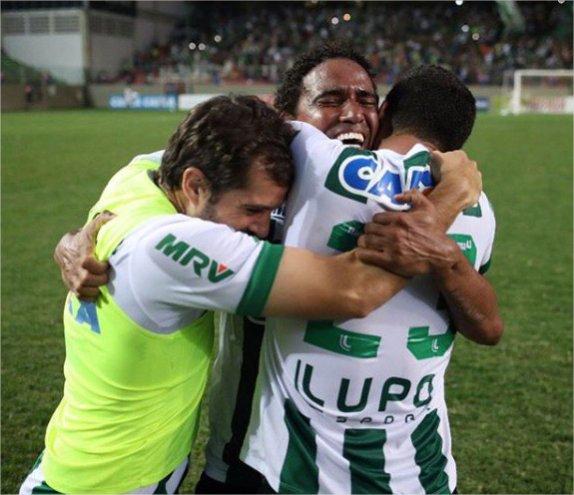 Grâce à un but de Tulio De Melo à la dernière seconde, Chapecoense termine 8e du championnat brésilien et se qualifie pour la Copa Libertadores, un an après le crash d'avion qui avait décimé l'équipe.   RESPECT. 👏