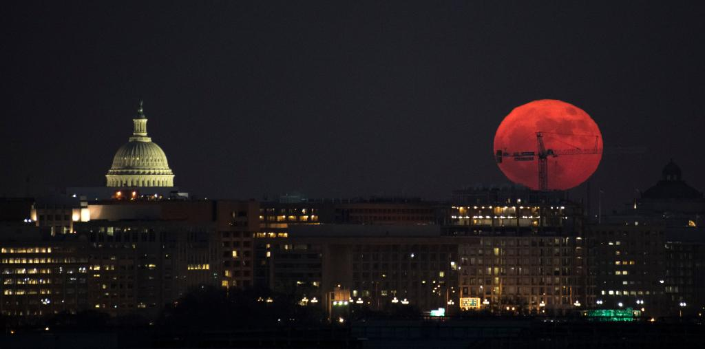 Have you stepped outside to see tonight's supermoon? Here, the Moon is seen as it rose this evening in Washington, DC. Today's full Moon is the first of three consecutive supermoons. Details: https://t.co/GccSiA5Jbb