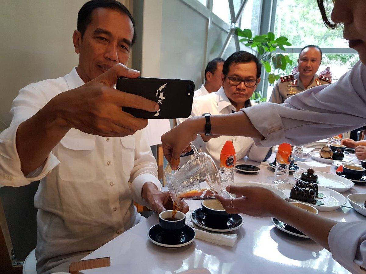 Presiden Jokowi selfie di kala bersantai di Kafe Sejiwa, Bandung.