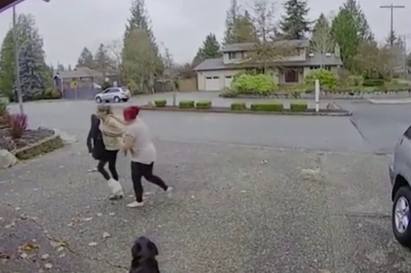 Moment 'Rambo' nanny tackles Amazon package thief - https://t.co/hSbLmbZTUe https://t.co/eY8YChzZOB