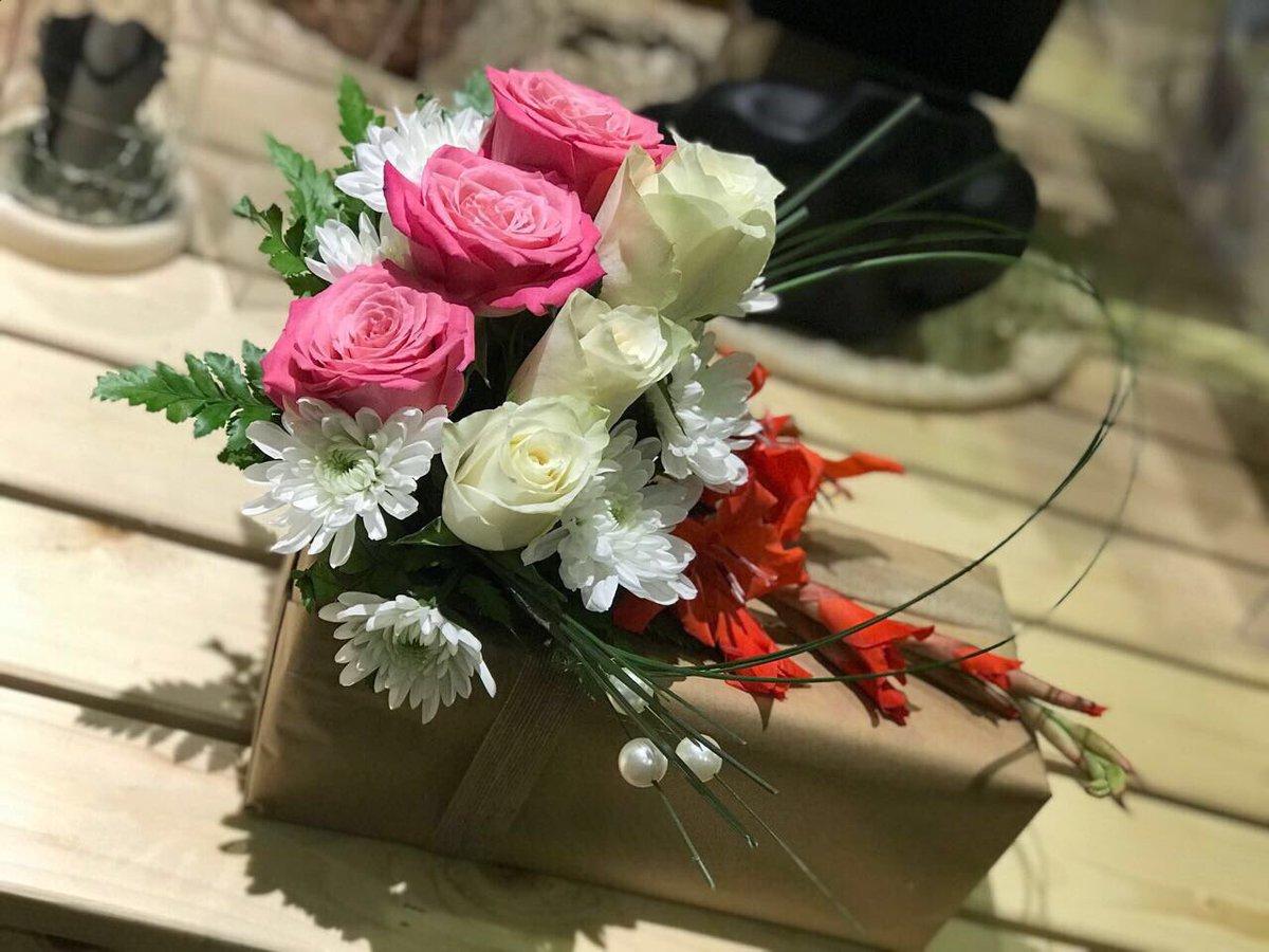 ورود فريدة Farida Flowers On Twitter تنسيق هدية بالورد الطبيعي هدية زواج ورود فريدة Faridaflowers ورود ورد ورد طبيعي ورد صناعي الرياض اشبيليا الحمراء محل ورد السعودية Riyadh بوكيه زوا هدايا عروس Giftshop Gift Flowers Florist