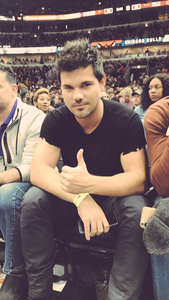 chicago bulls on twitter taylor lautner in the house for clevschi