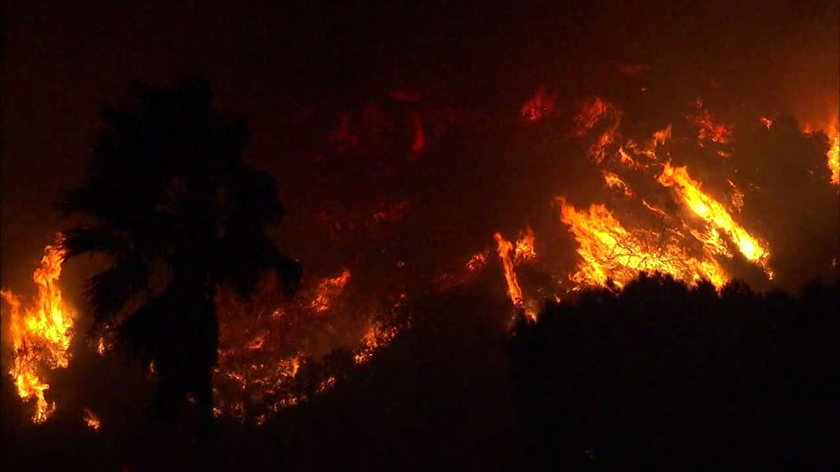 #BREAKING Mandatory evacuations issued for Ventura neighborhoods due to #ThomasFire https://t.co/k3oNih7acs