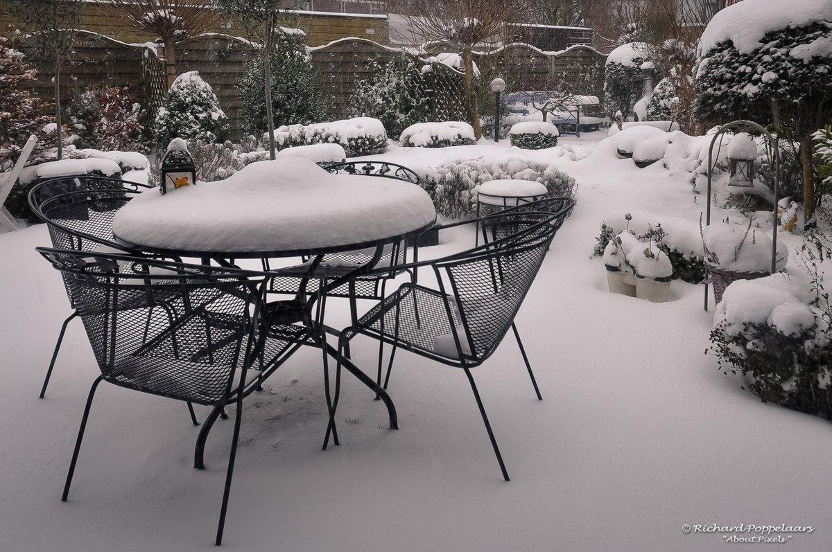 """Zie ginds komt de #sneeuw aan? - nee hoor, gewoon rustig weer vandaag. Onze #Sinterklaas zei in 2010: """"Natuurlijk komen we, we kunnen die kindertjes echt niet in de kou laten staan!"""". Buiten lag 10 centimeter sneeuw! Fijne Sinterklaasviering allemaal!"""