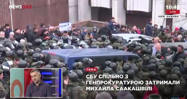 Прихильники Саакашвілі продовжують блокувати автомобіль із ним, спорудили барикаду - Цензор.НЕТ 8594
