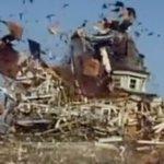 ドラマ「大草原の小さな家」の最終回。ローラが自分の町にダイナマイト仕掛けて何もかも木っ端微塵!! マ…