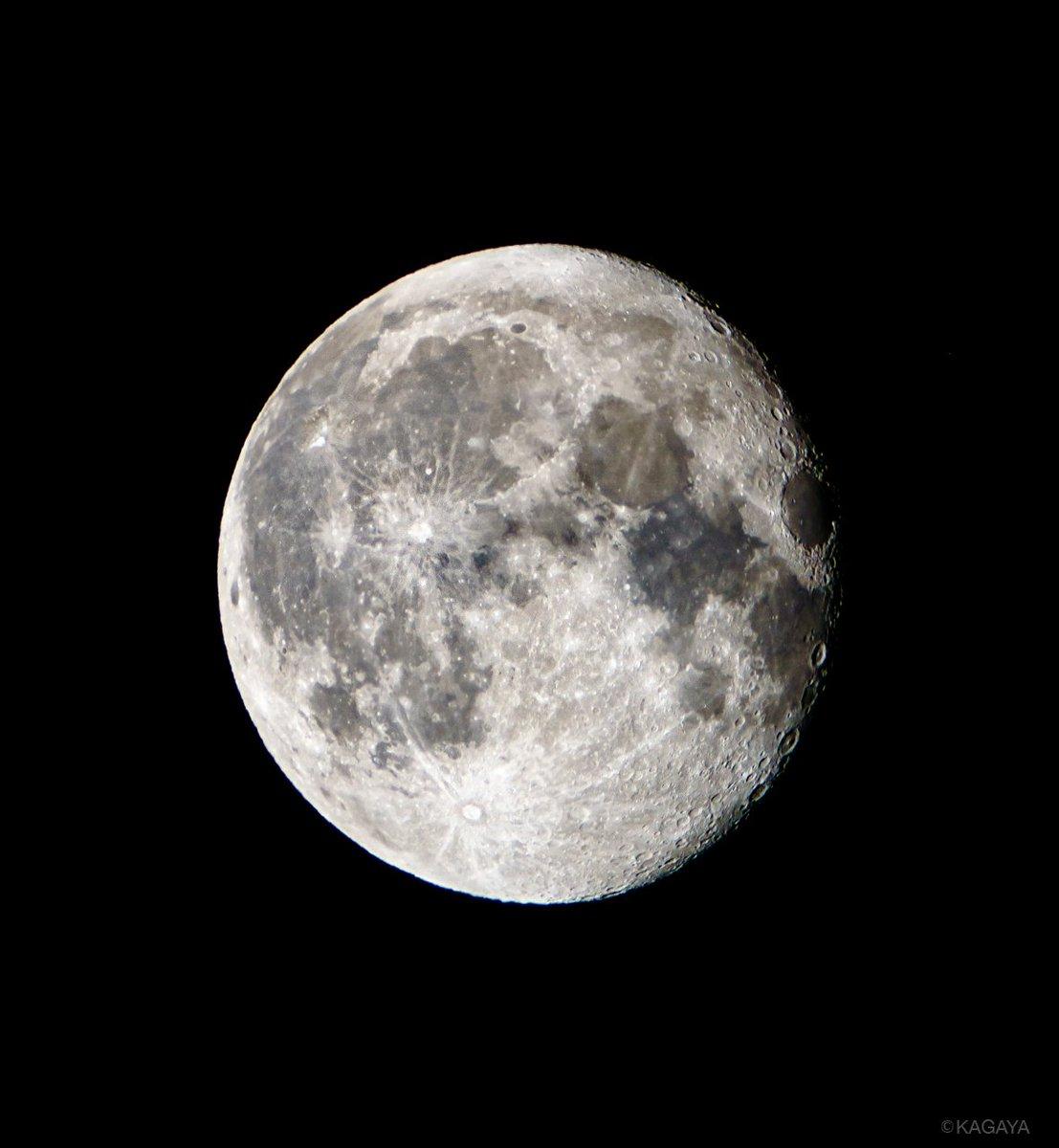 空をご覧ください。 東に見事な居待月が昇りました(今望遠鏡で撮影)。 月の右手にはオリオン座が見えて…