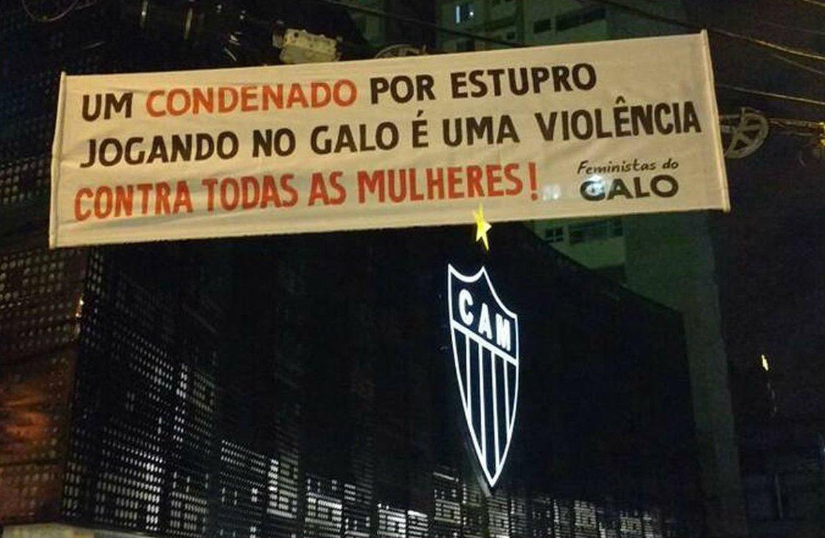 Com faixas em frente à sede do Atlético-MG, grupo de torcedoras do clube pede a saída de Robinho https://t.co/eeX8MTfvKd