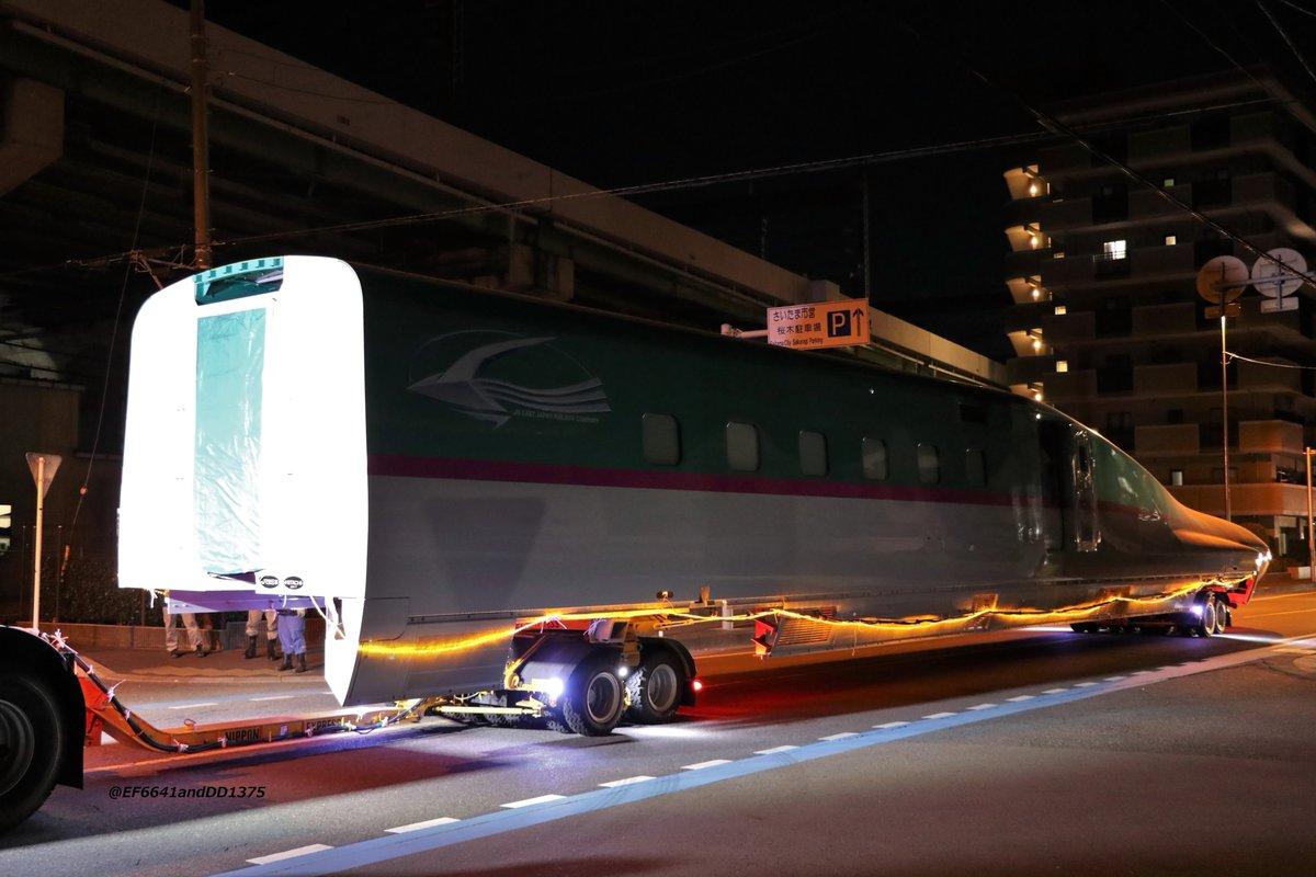 E5系(E514-9001)陸送JR東日本の顔とも言える新幹線ですので、早くも鉄道博物館に収容されました。展示の為にわざわざ新造するとはたまげたなあ。前回のミニ新幹線400系とは違い、今回はフル規格の新幹線。慎重に切り返しと、別動台車による角度調整を繰り返し、無事に搬入されてゆきました。 pic.twitter.com/3S0hQrCw7r