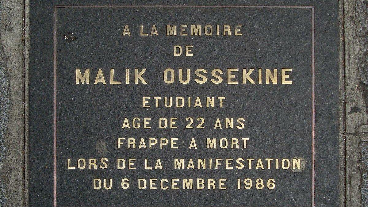 C'était un 6 décembre. En 1986. En marge des manifestations contre les lois Devaquet et la sélection à l'université, Malik Oussekine était frappé à mort rue Monsieur Le Prince par deux policiers du peloton des voltigeurs motoportés. Il avait 22 ans. Une pensée à sa mémoire.