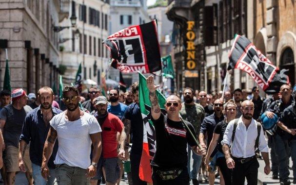 L'Espresso indaga sui soldi dei neofascisti e #ForzaNuova fa un blitz lanciando fumogeni... https://t.co/rnm3v70TlI