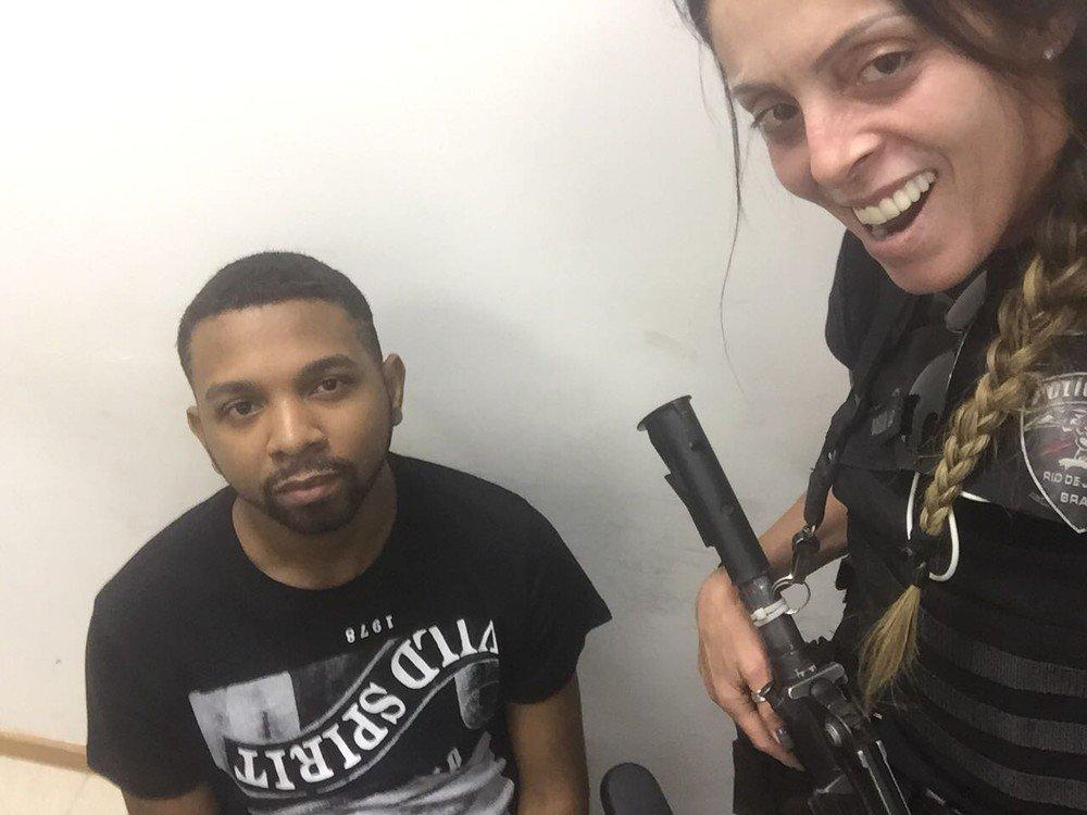Policiais tiram selfies sorridentes com traficante Rogério 157 algemado após prisão https://t.co/u8lobQ6MlM #G1