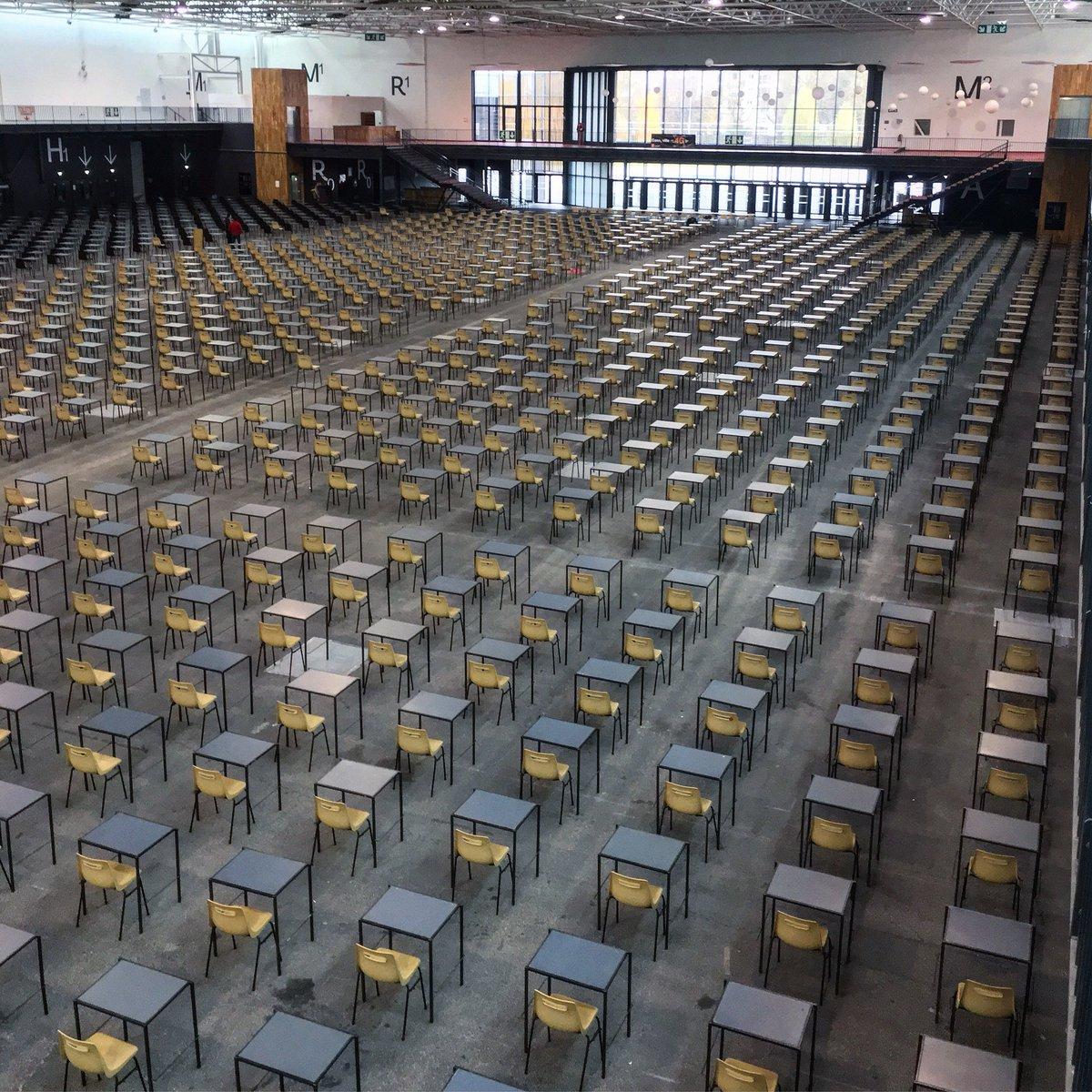 Plus de 1500 tables et chaises installées dans le #ParcExpoCaen pour les #concours de #médecine #PACES et #orthophonie https://t.co/kR9uGv21dJ