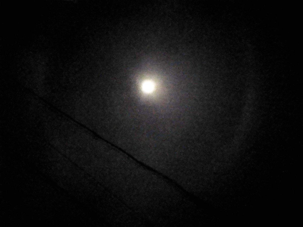 ada halo di atas Bandung #halo #moon #bulan https://t.co/HDUBwrEIdH