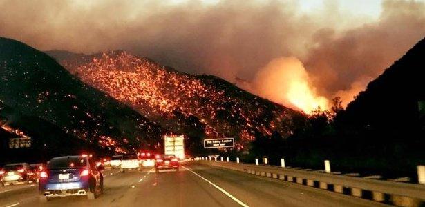 Incêndios na Califórnia alcançam bairros residenciais de Los Angeles https://t.co/CQu88sAJ7g
