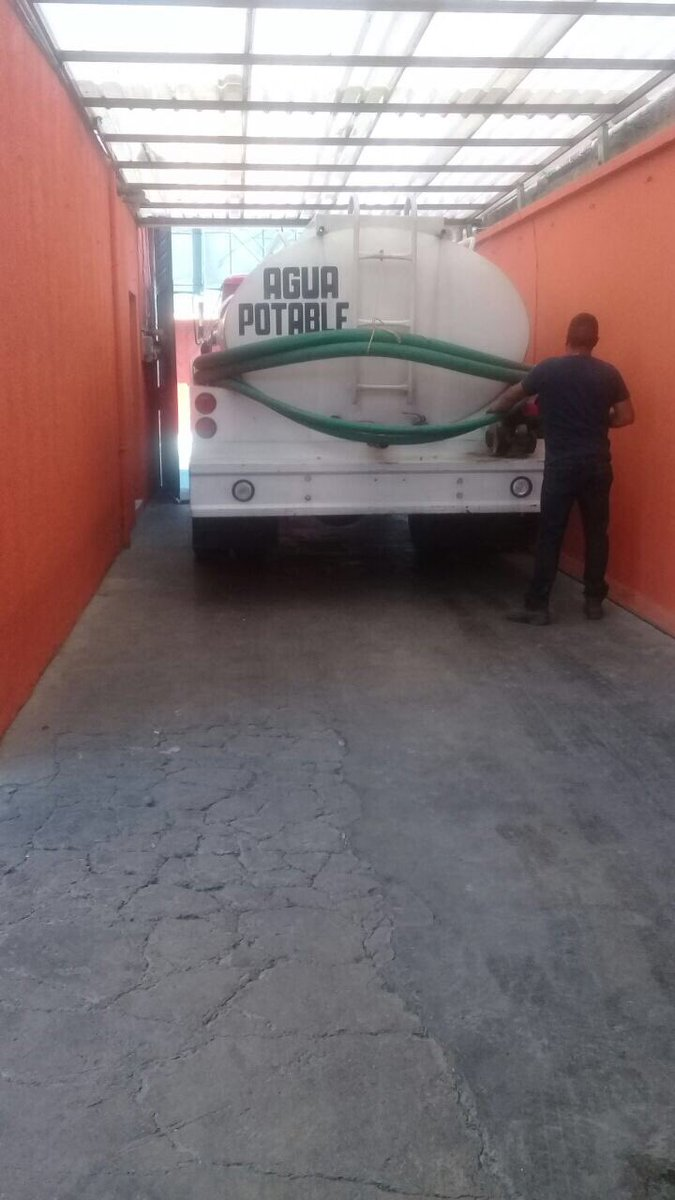 Dip. @IBetanzosMTDF @LorenaMartinez seguimos trabajando en el territorio abasteciendo de agua con pipas en la Col. Leyes de Reforma en lo que @conagua_mx da solución a esta demanda tan sentida de @Del_Iztapalapa @eruviel_avila @cgt1968 @TonatiuhGCase @MT_Nacional @MT_CDMX