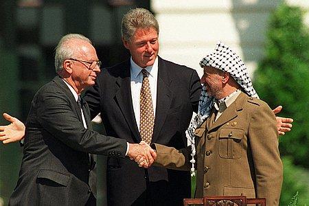 C'ero, alla Casa Bianca quel giorno del 1993. Per un breve momento, ci avevamo creduto. Ora so che non vedrò mai la pace in Medio Oriente. La guerra conviene troppo a quelli che contano, da Trump ai Sauditi alla Dx Israeliana a Hamas.