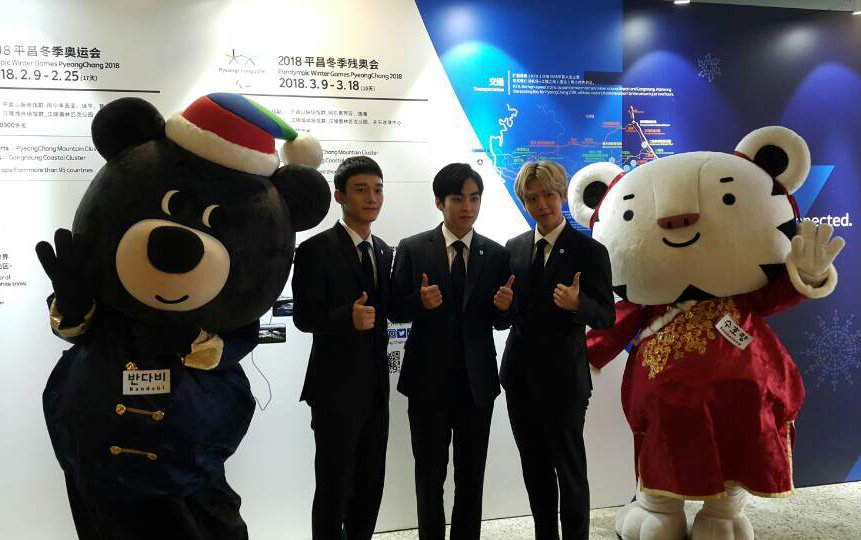 .@weareoneEXO hanging out with the official @2018PyeongChang Olympic mascot #Soohorang (right) and Paralympic mascot #Bandabi (left)