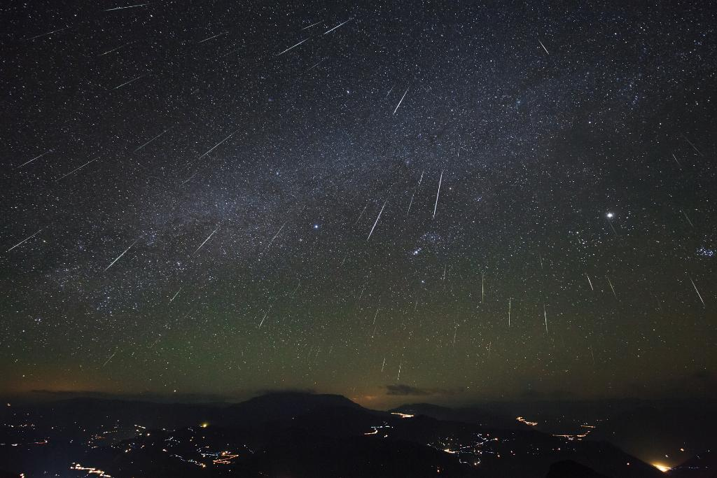 Heads up, right now! The annual Geminids Meteor Shower is here! If you aren't able to step outside, you can check out the dazzling display here: https://t.co/mzKW5uV4hS