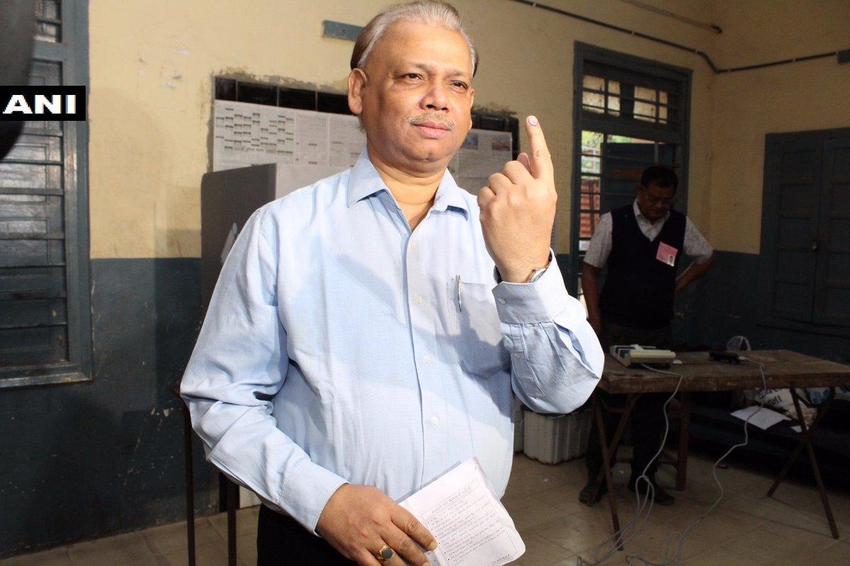 #ElectionsWithNews18 -- Gujarat Chief Electoral Officer BB Swain casts his vote in Gandhinagar #BattleForGujarat #GujaratRound2  Image: ANI  LIVE UPDATES: https://t.co/q4NMKIxkDy