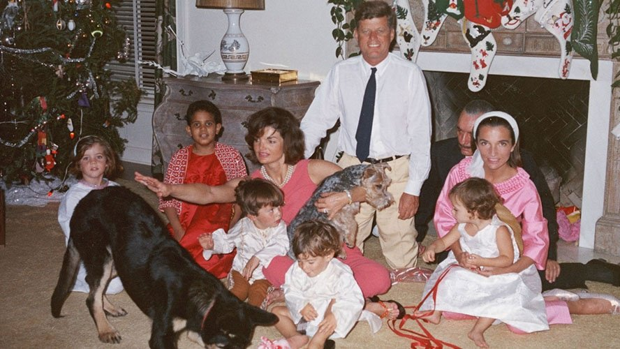 The White House Christmas decorations through the years https://t.co/QVTrenjgCb