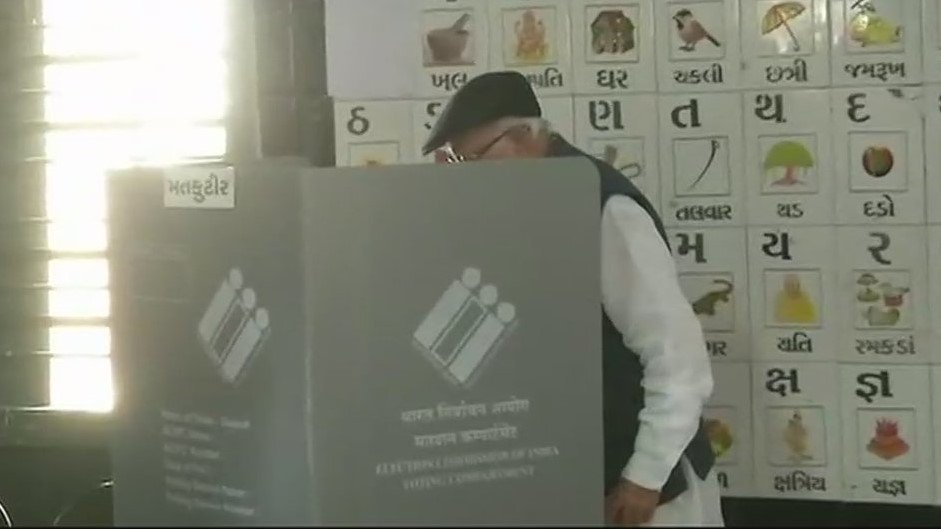 Advani, Jaitley also cast votes during Gujarat assembly polls in Ahmedabdad