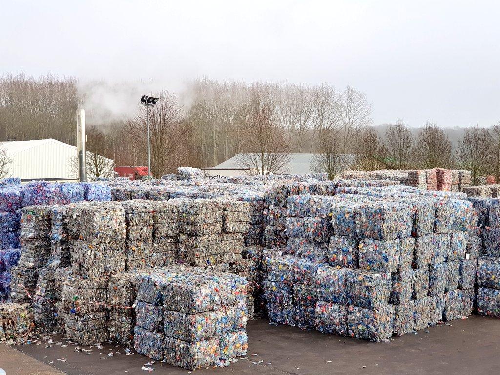 Stockage des balles de bouteilles à recycler. En attente de traitement chez #Infineo #RecyclingTour cc @CocaColaEP_FRpic.twitter.com/K4K3oxRzbx