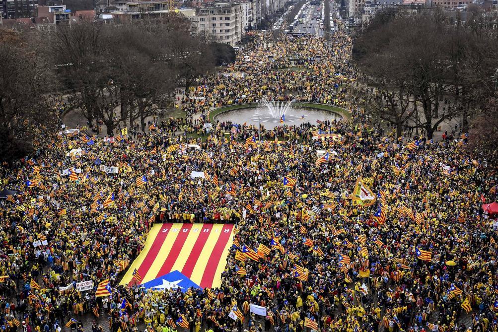 #DIRECT Marée humaine à Bruxelles pour la manifestation en soutien à la #Catalogne https://t.co/7sq3InV02Q