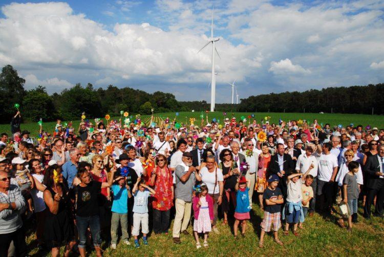 [PRESSE] Le collectif pour une #EnergieCitoyenne réuni aujourd'hui à Paris soutient un objectif de 15 % des #EnR entre les mains des citoyens et des collectivités en 2030  https:// cler.org/des-energies-r enouvelables-entre-les-mains-des-citoyens-et-des-collectivites-en-2030/  … pic.twitter.com/npGUz25iLg