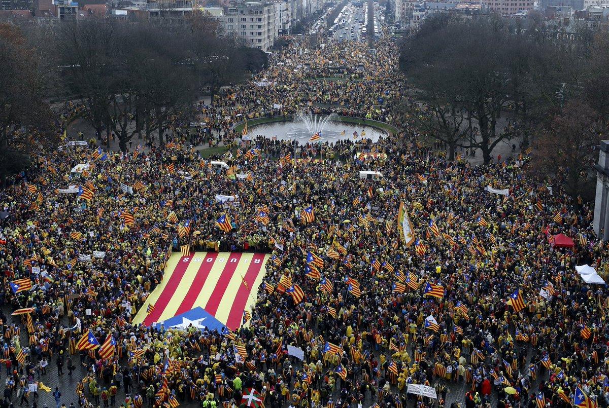 #DIRECT 45.000 personnes manifestent dans les rues de #Bruxelles en soutien à la Catalogne https://t.co/Ux2vl8aX2i
