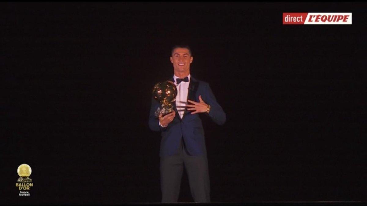 رونالدو يتوج بالكرة الذهبية للمرة الخامسة