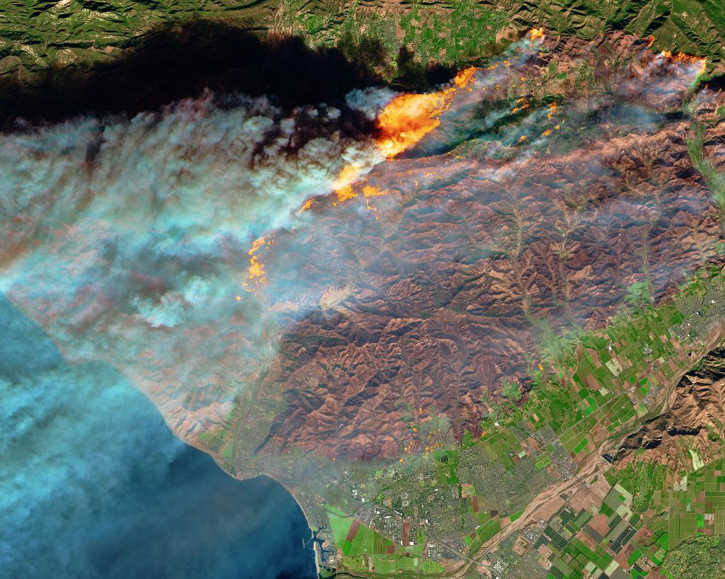 Burn scars and active fires in Ventura County, CA are visible in this false-color view created using data from @esa's Sentinel-2 satellite on Dec. 5. Active fires appear orange, while burn scars are brown. Find out more: https://t.co/MXKj2lLIPi
