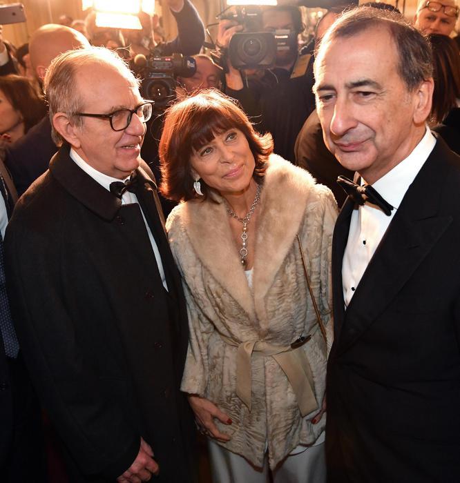 Al via la prima alla Scala, tutti in piedi per l'Inno #PrimaScala #AndreaChénier https://t.co/R8sivt1oIn