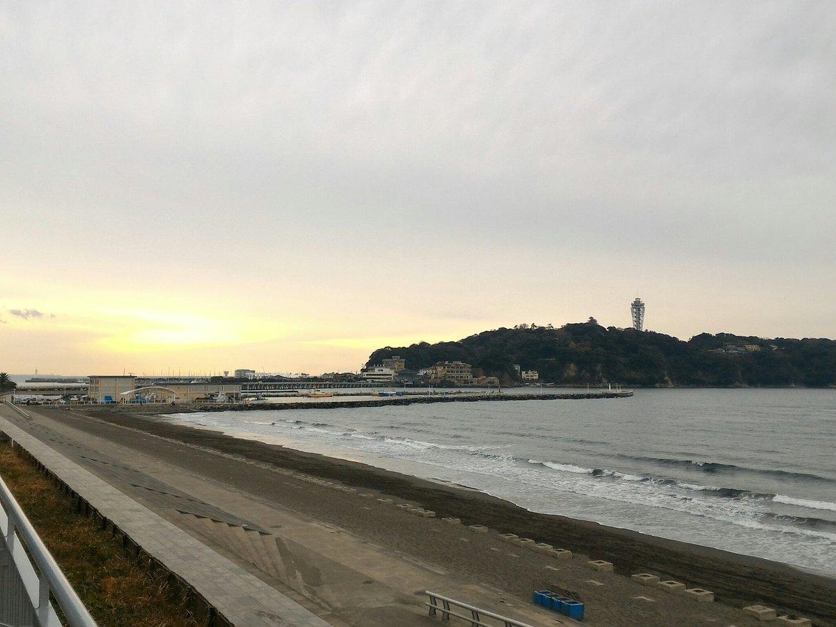 おはようございます。江の島周辺から見える富士山が不思議な雰囲気です。きょうは雨も降って寒い予報。防寒…
