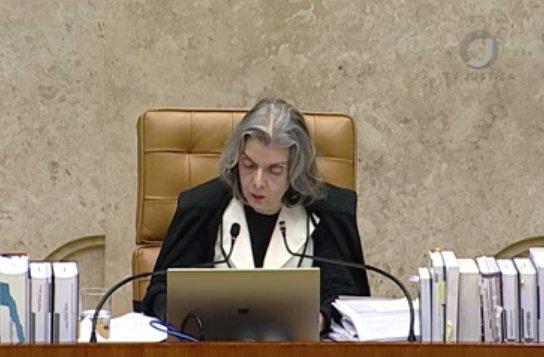 A ministra Cármen Lúcia, presidente do @STF_oficial, vota contra a possibilidade de assembleias estaduais revogarem prisões e o placar fica em 5 a 4 neste sentido. Porém, o assunto não será encerrado, já que dois ministros estão ausentes.
