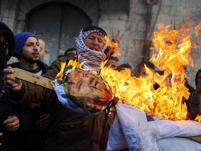 Hamas chiama all'Intifada: scontri e feriti https://t.co/K8NEpTIYXG